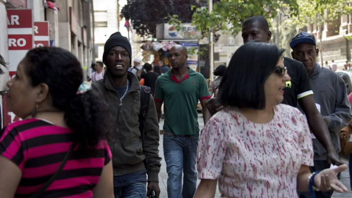 """¿Te consideras más """"blanco"""" y """"limpio"""" que los inmigrantes? Probablemente seas chileno"""