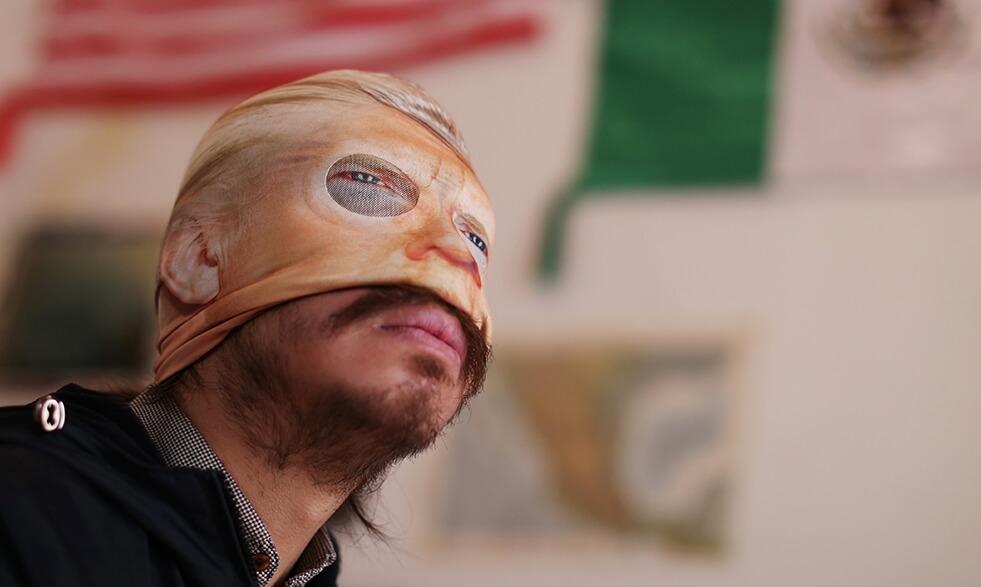 Juan Caloca: El artista disidente que destruye la iconografía mexicana con fuego, vómito y transgresión