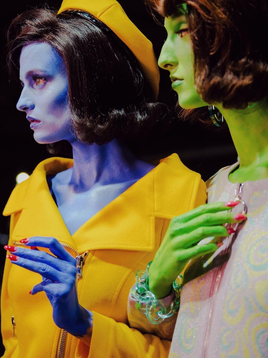 Alienígenas multicolores: el show de Moschino que trajo de vuelta a Jackie Kennedy