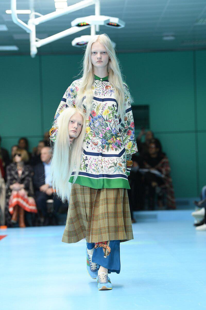 Gucci lo vuelve a hacer: Los modelos desfilaron en la Milan Fashion Week con sus cabezas en la mano