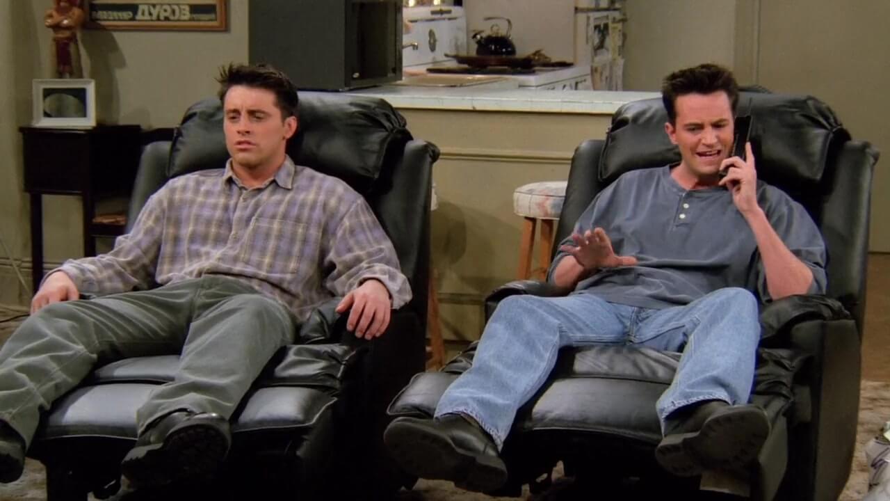 Estar sentado mucho tiempo viendo TV podría provocarte un coágulo sanguíneo, según estudio