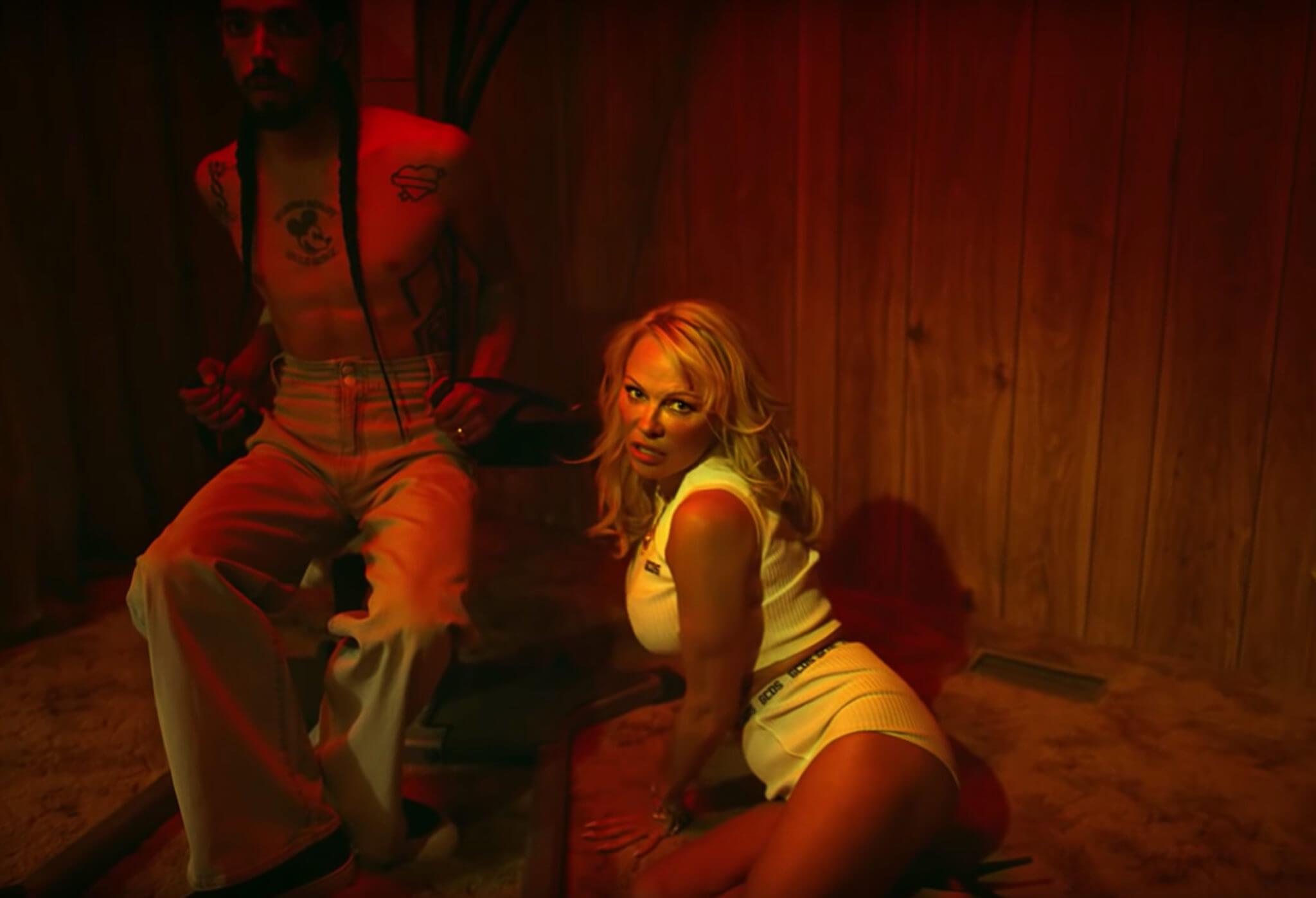 Giuliano Calza asesina a Pamela Anderson en el promocional de su nueva colección de modas