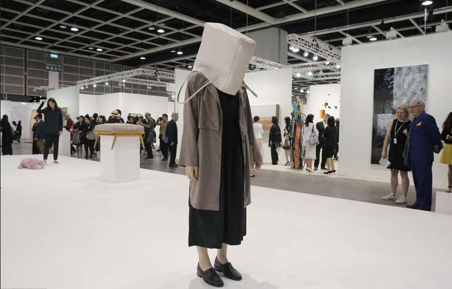 """Parte de la instalación """"One Minute Sculptures"""" de Erwin Wurm. Fotografía: IC/Art Basel"""