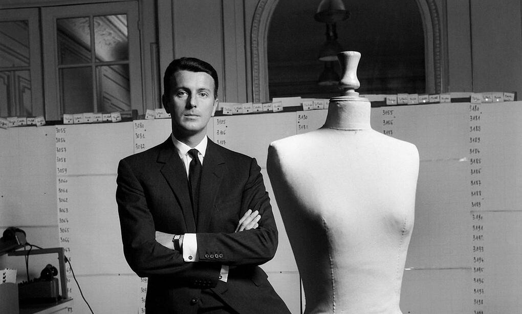 Givenchy en su atelier en los años 60. Fotografía: Archivo/Getty