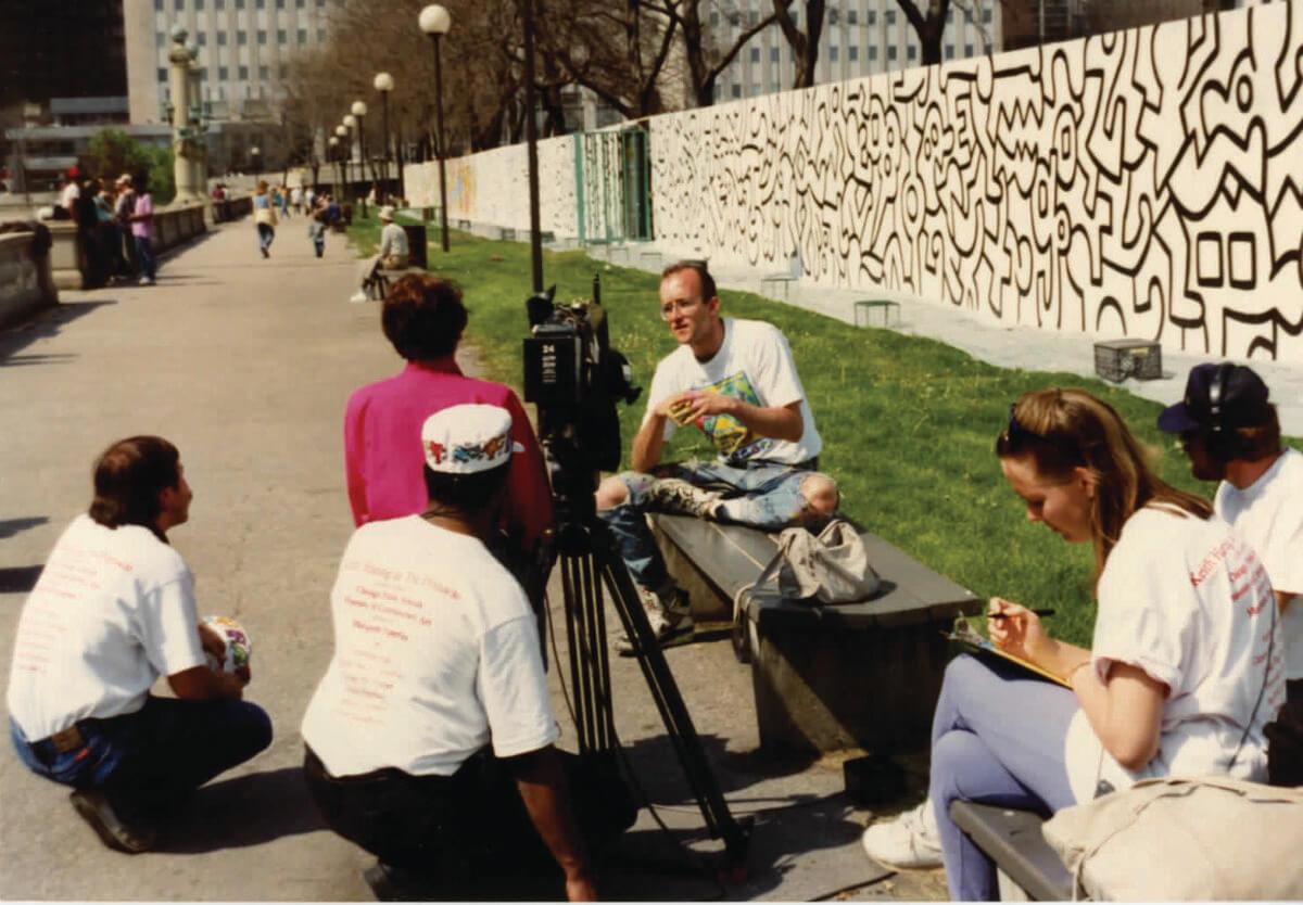 Keith Haring durante la realización del proyecto en 1989. Fotografía: Irving Zucker.