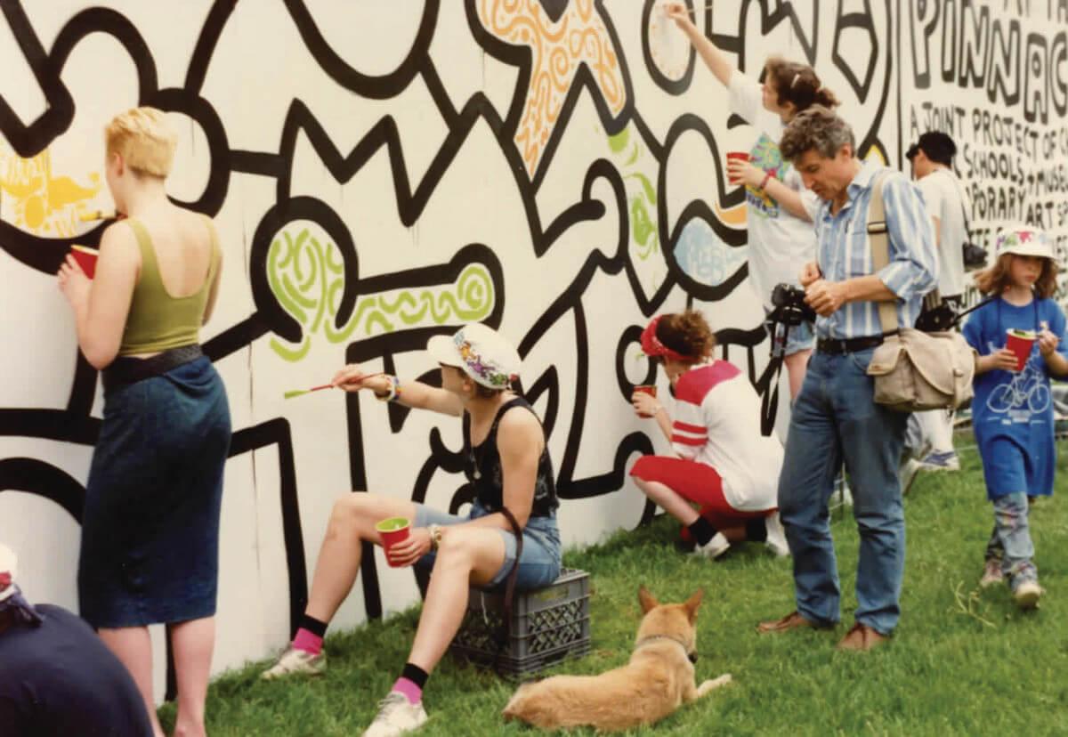 Los estudiantes pintando el mural en 1989. Fotografía: Irving Zucker.