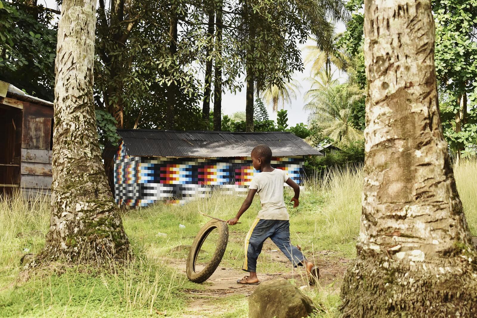 The Hut: Felipe Pantone lleva su street art cinético hasta África
