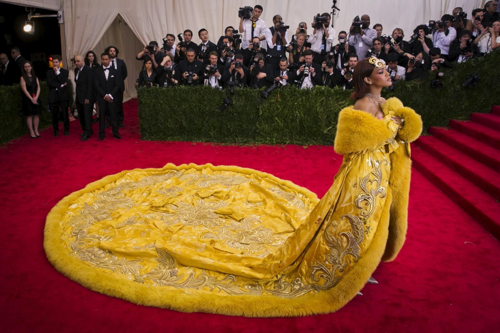 """""""Yellow is Forbidden"""": El documental sobre Guo Pei, creadora del look de Rihanna en la Met Gala"""