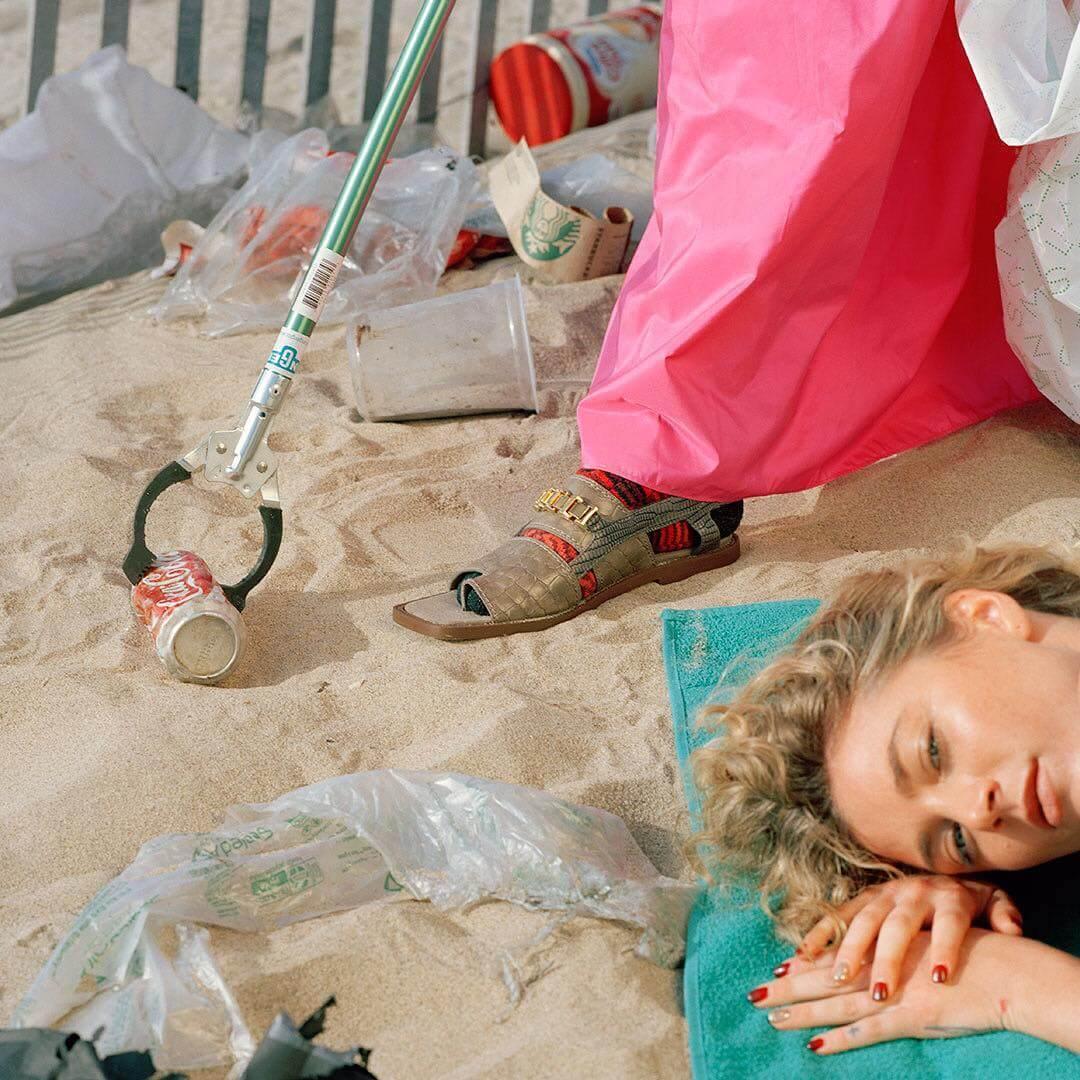 Reto Schmid: Retratos sarcásticos y divertidos que reflejan el impacto ambiental del plástico