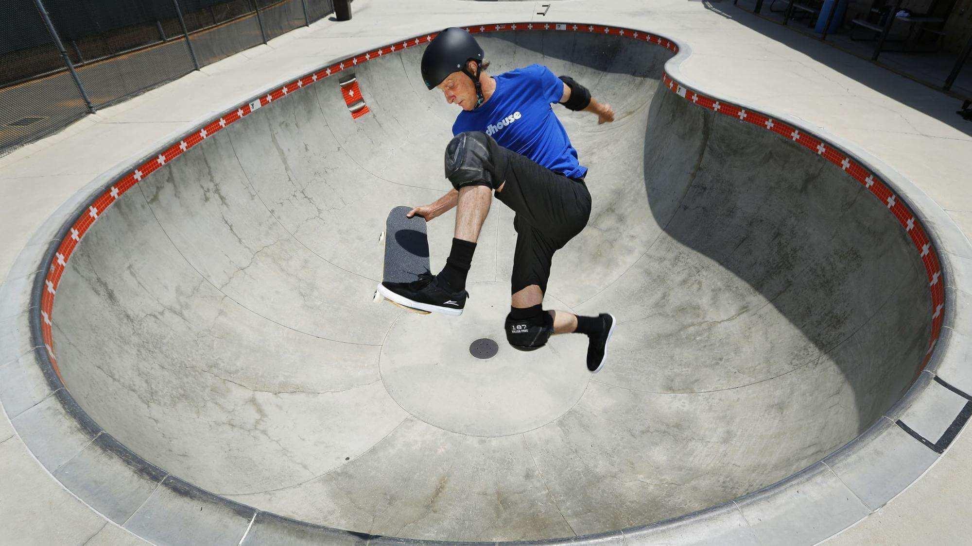 La leyenda del skate Tony Hawk celebra 50 años con 50 tricks en un video demente