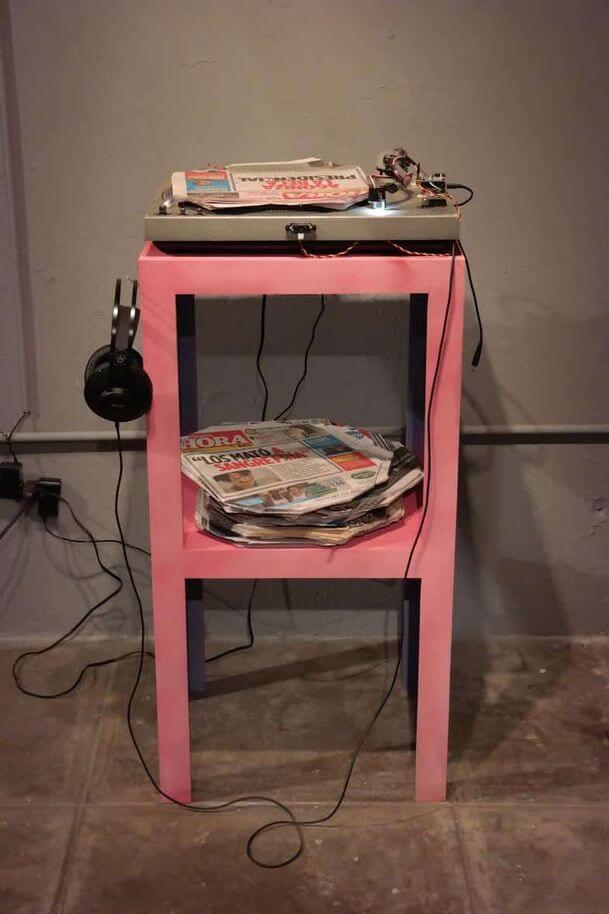 """Newspaper Turntable"" de Rafael Vargas Bernard (2018). Fotografía: VOLTA14/Rem Project"