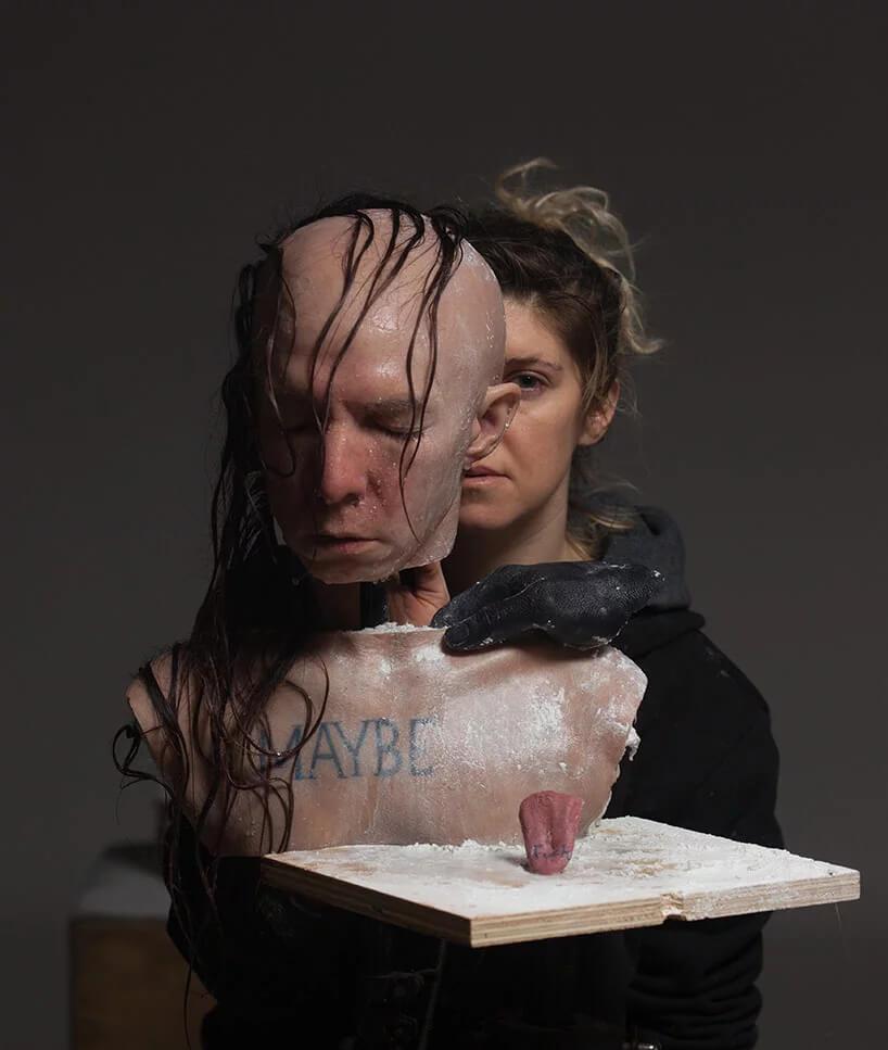 Sarah Sitkin, la artista que creó las mórbidas máscaras y esculturas humanas del corto de Petra Collins