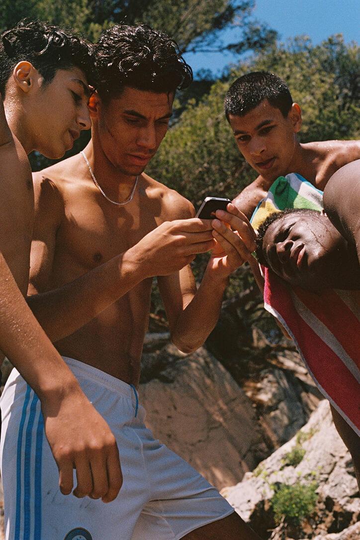 Daragh Soden: Retratos de un sur de Francia multicultural entre aguas azules y pieles tostadas por el sol