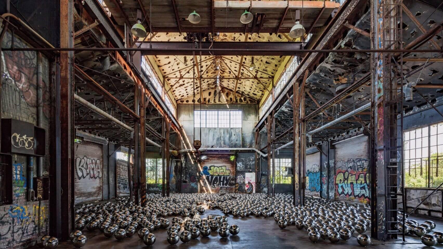 Yayoi Kusama invade un garage abandonado de NYC con esferas de narcisismo