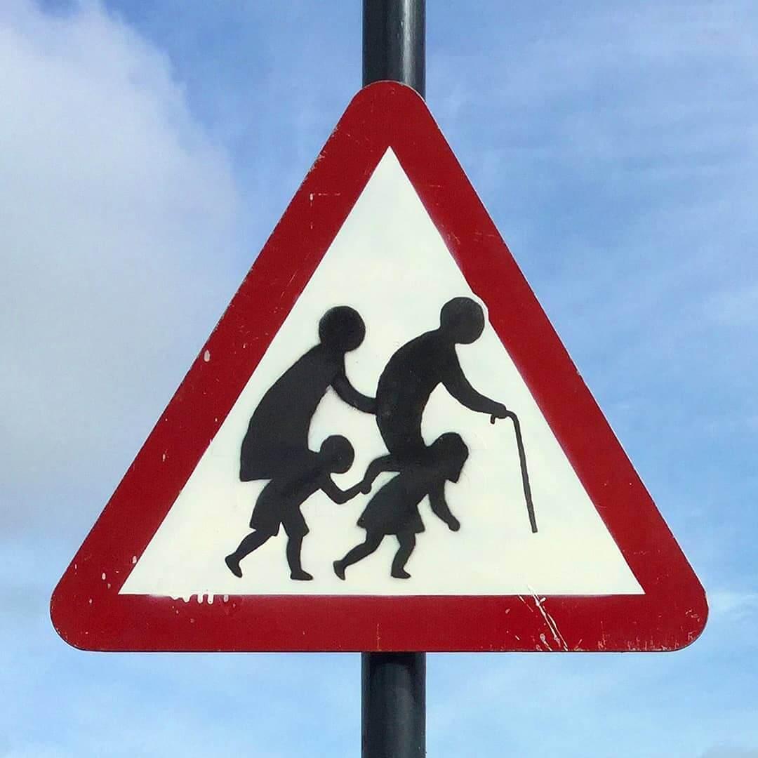 Banksy deja caer una nueva señal de tránsito en Inglaterra