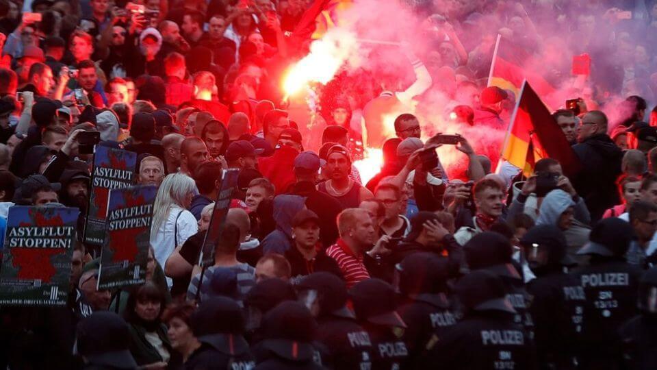 """La ultraderecha vuelve a Alemania con violentos disturbios para """"cazar extranjeros"""""""