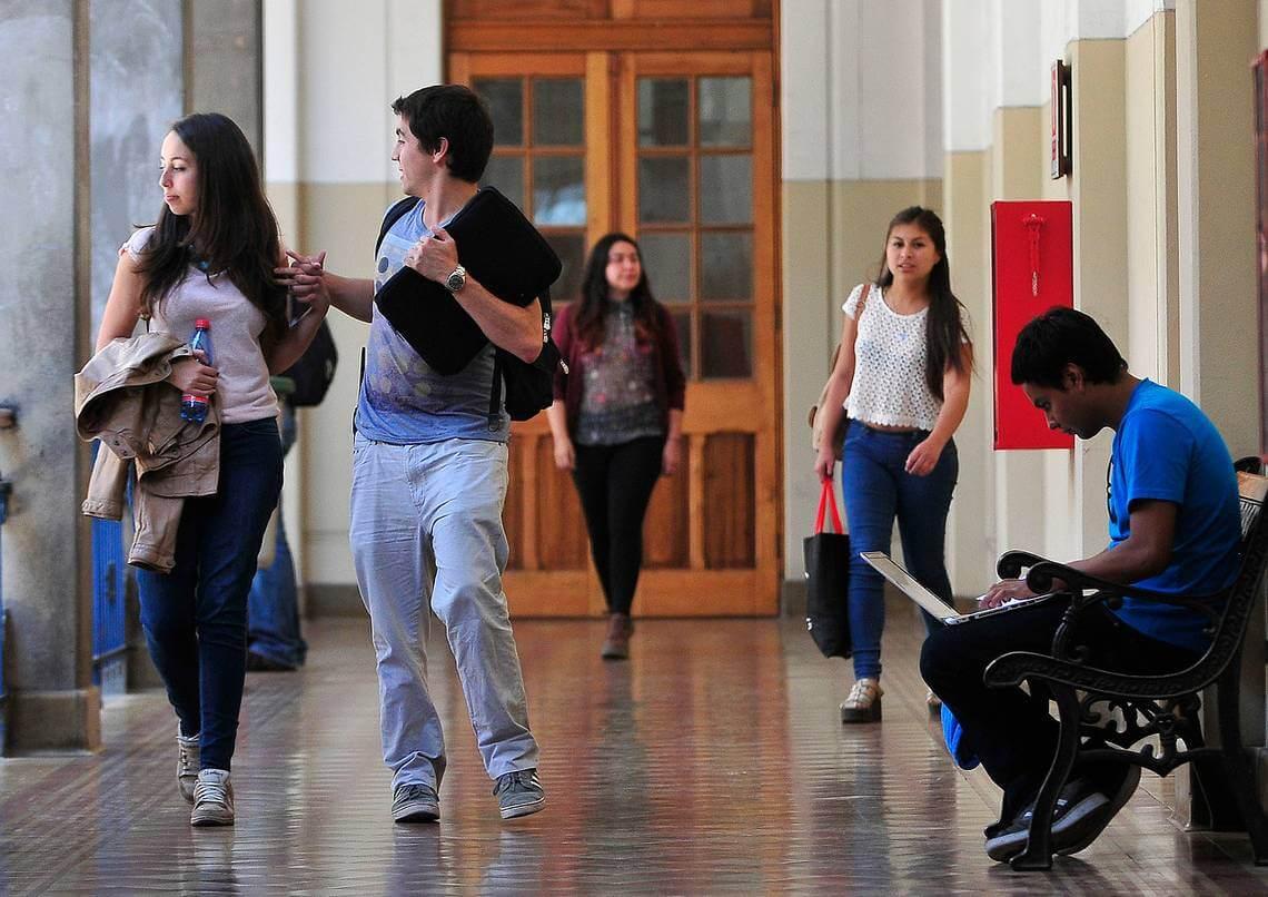 OCDE: Mujeres chilenas graduadas en la universidad ganan 35% menos que los hombres