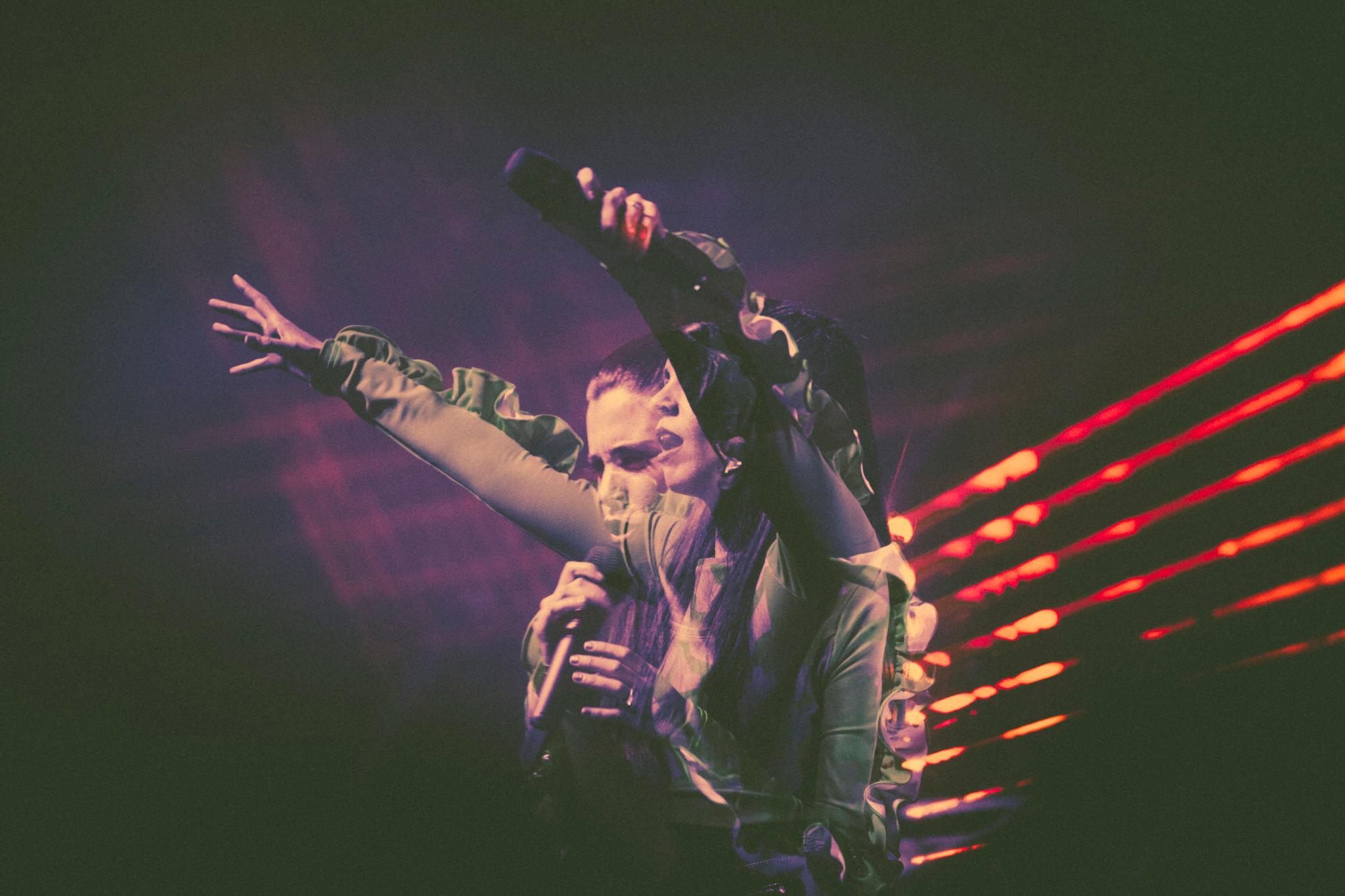 """De melodrama y alta fiesta: Javiera Mena lanza su álbum """"Espejo"""" en vivo"""