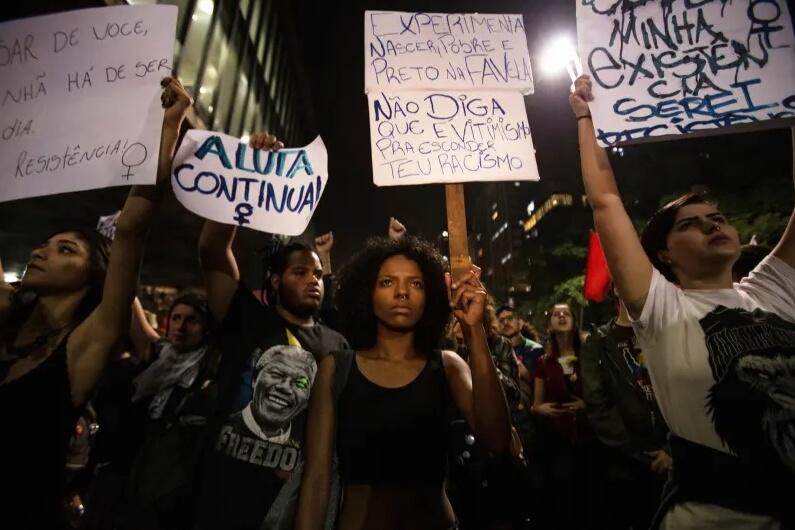 Activistas LGBT protestan contra Jair Bolsonaro. Fotografía: Andre Lucas/DPA
