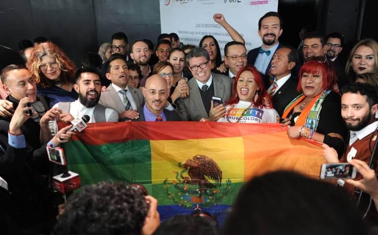 Senadores mexicanos celebran la aprobación de la medida. Fotografía: Maurico Huizar/El Sol de México