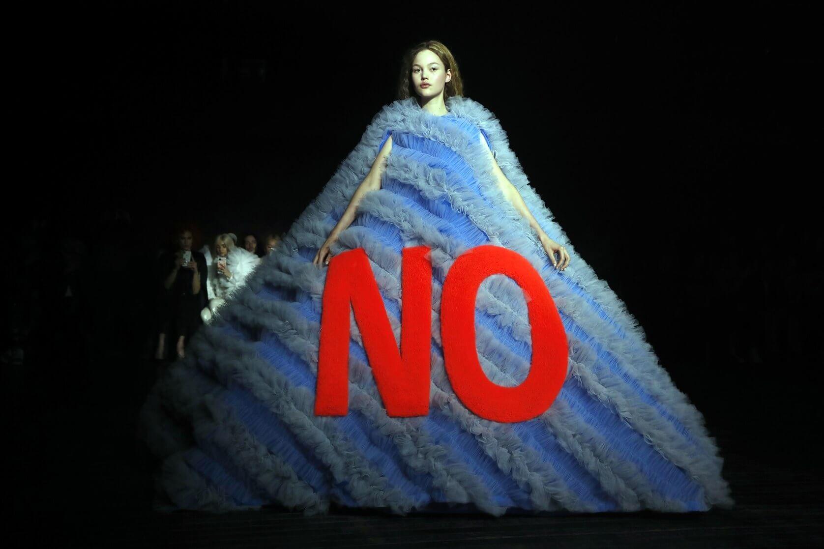 Viktor & Rolf unieron haute couture y memes en su desfile de la Paris Fashion Week