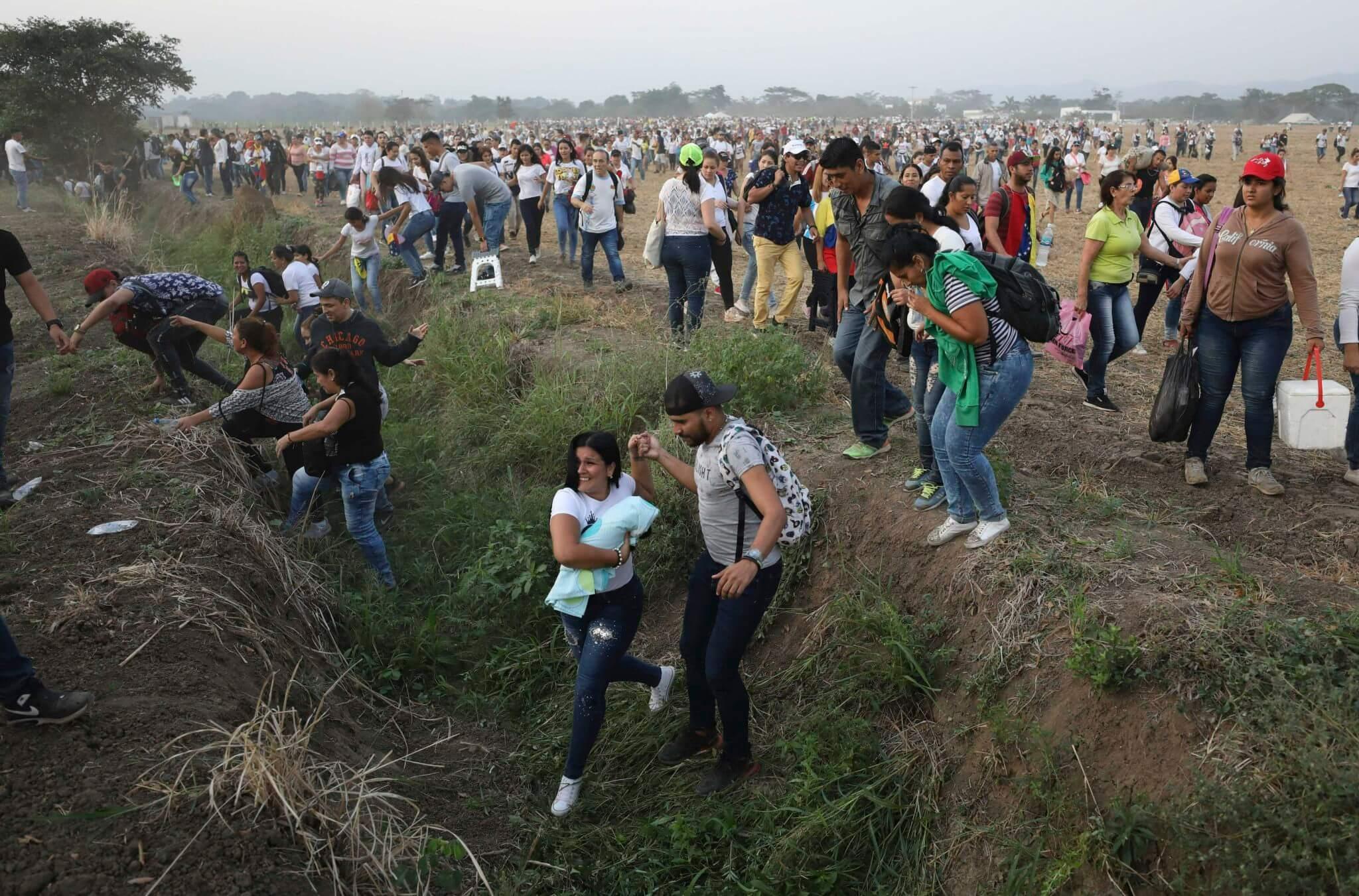 Indígenas muertos y cierre de fronteras: La crisis se eleva con la entrega de ayuda humanitaria y el Venezuela Aid Live