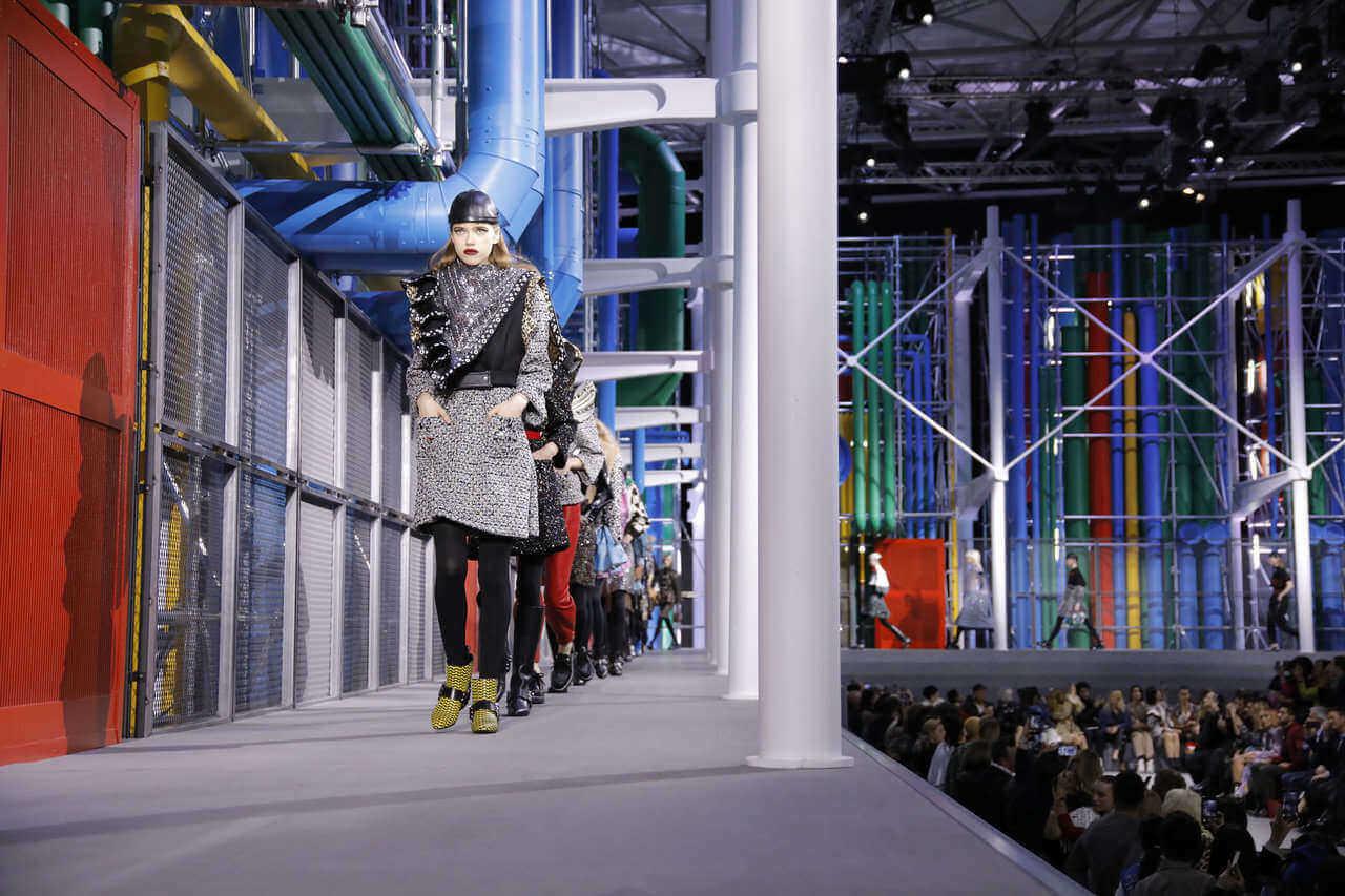 Louis Vuitton cierra la Paris Fashion Week con un throwback futurista a los 80