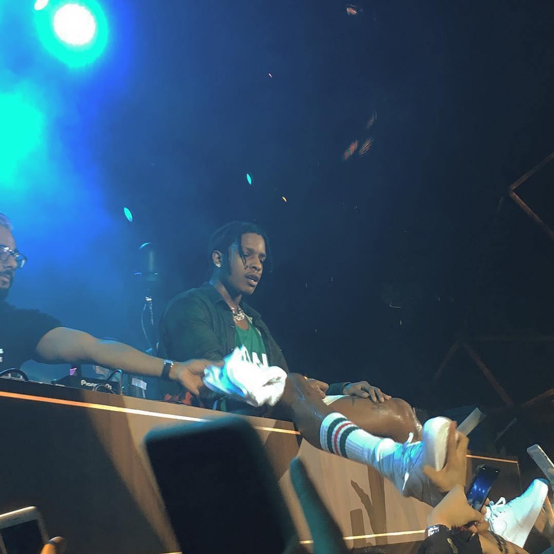 VIDEO: A$AP Rocky explotó cuando un fan trató de robarle un zapato durante un concierto