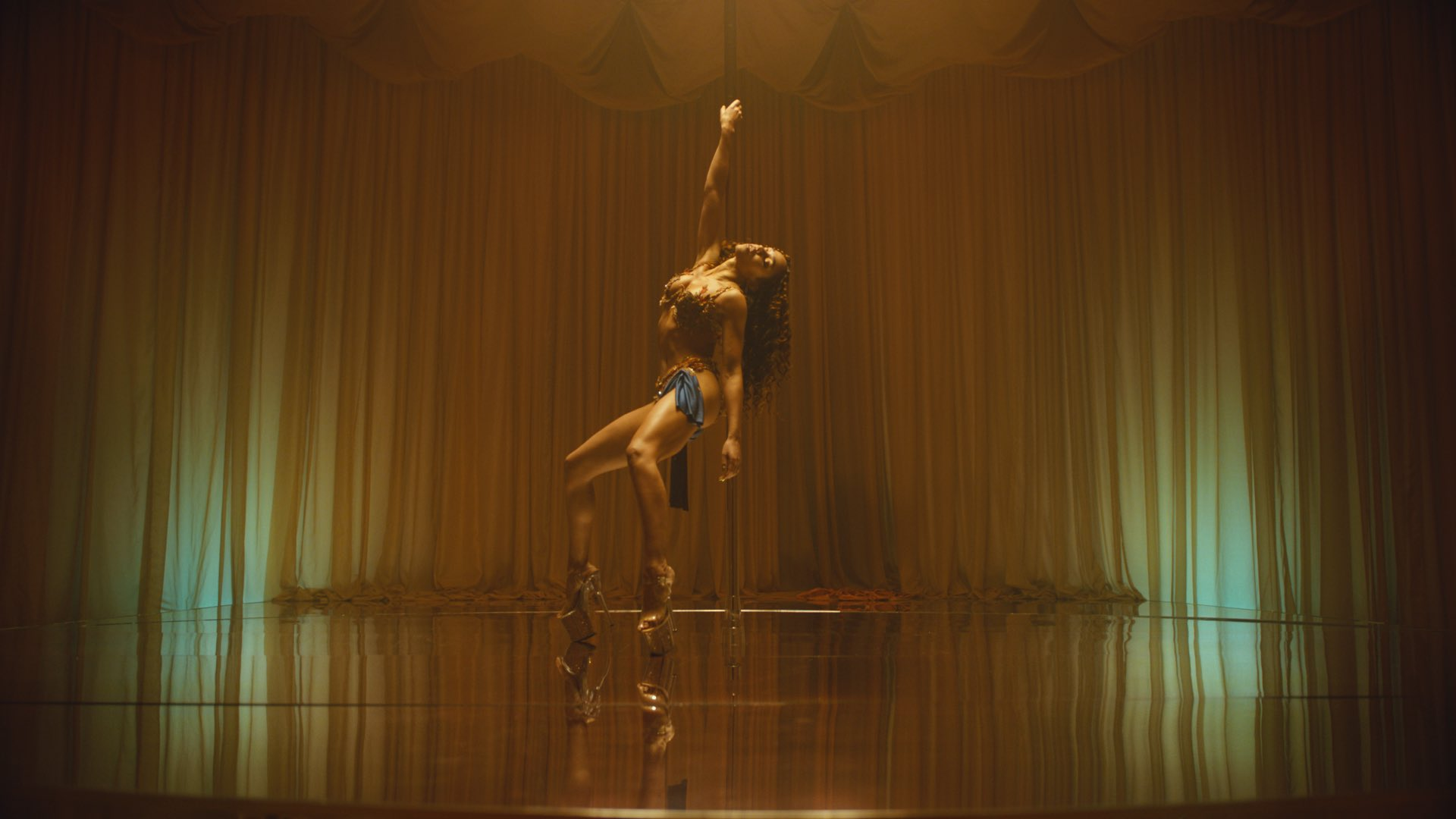 """FKA twigs regresa con su primer tema en cuatro años, """"Cellophane"""""""