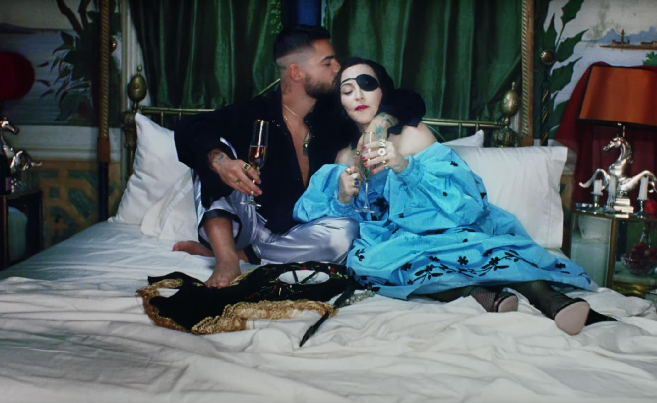 """Madonna se casa con Maluma en el video de """"Medellín"""""""
