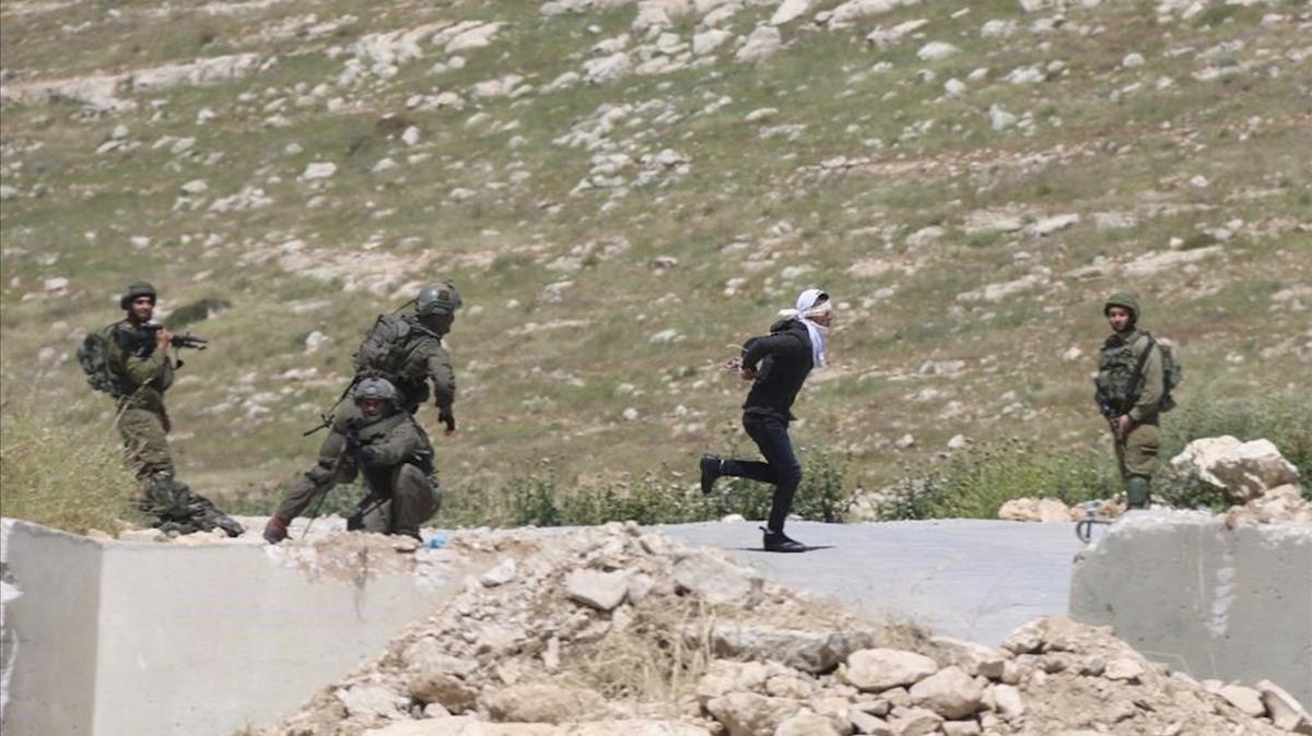 Soldado israelí dispara a sangre fría a joven palestino con las manos atadas y ojos vendados