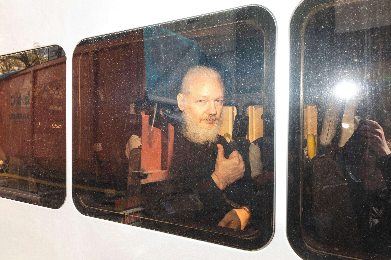 VIDEO: Julian Assange  es arrestado en Londres después que Ecuador le retiró el asilo