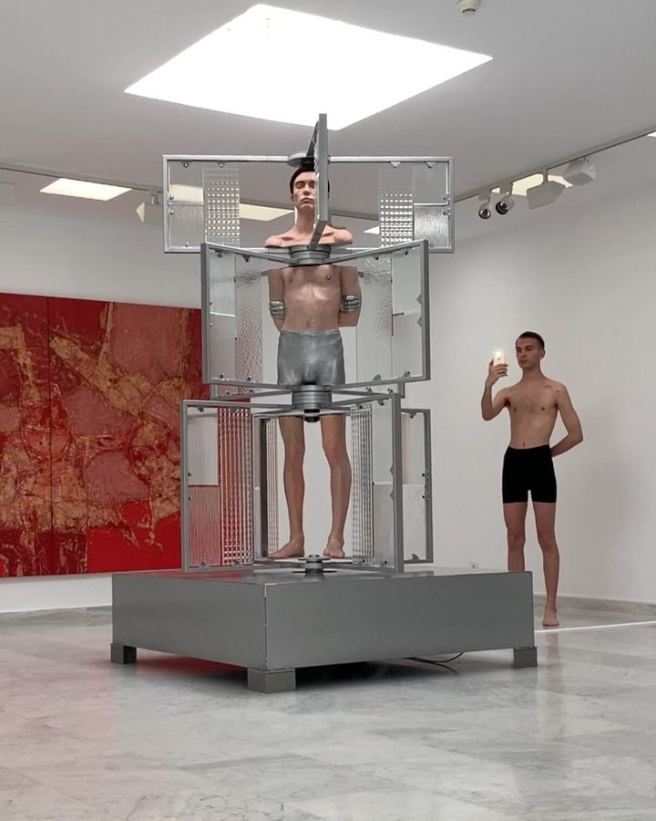 El artista Filip Custic crea una escultura cinética hiperrealista para una nueva exhibición