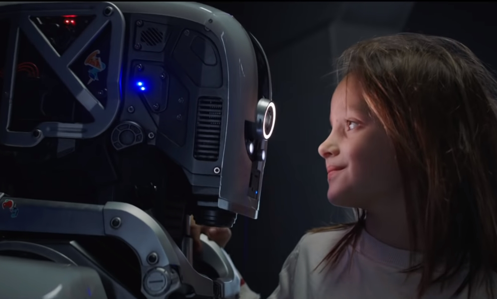 """I AM MOTHER"": Hilary Swank se enfrenta a un robot maternal en este thriller apocalíptico de Netflix"