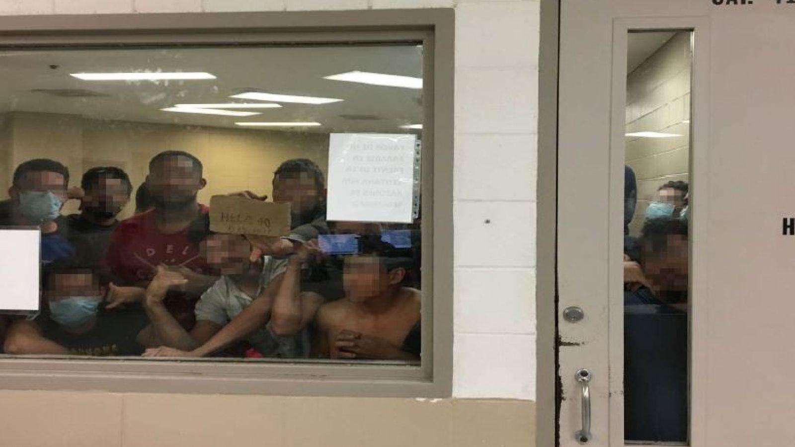 Parte del hacinamiento que se vive en las instalaciones fronterizas en donde el gobierno de los Estados Unidos mantiene detenidos a miles de inmigrantes en condiciones infrahumanas. Fotografía: Department of Homeland Security