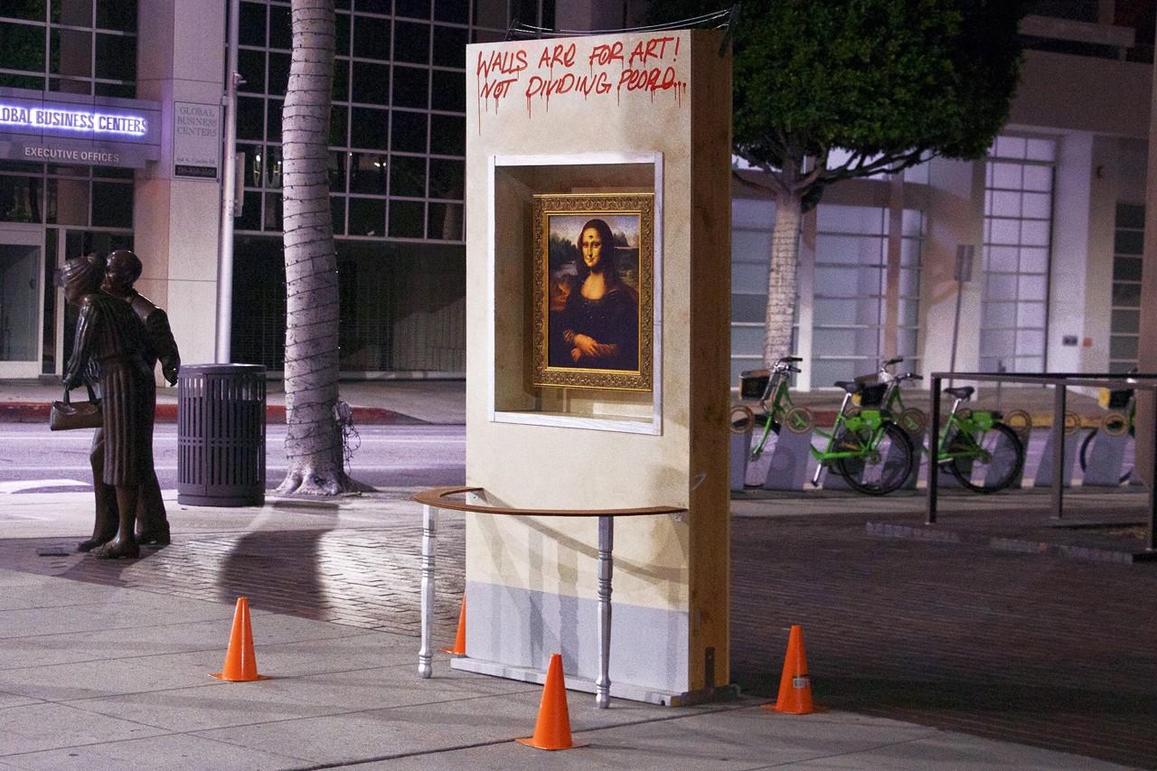 Una réplica de la Mona Lisa es expuesta en un muro en plena avenida en contra de las políticas de Trump