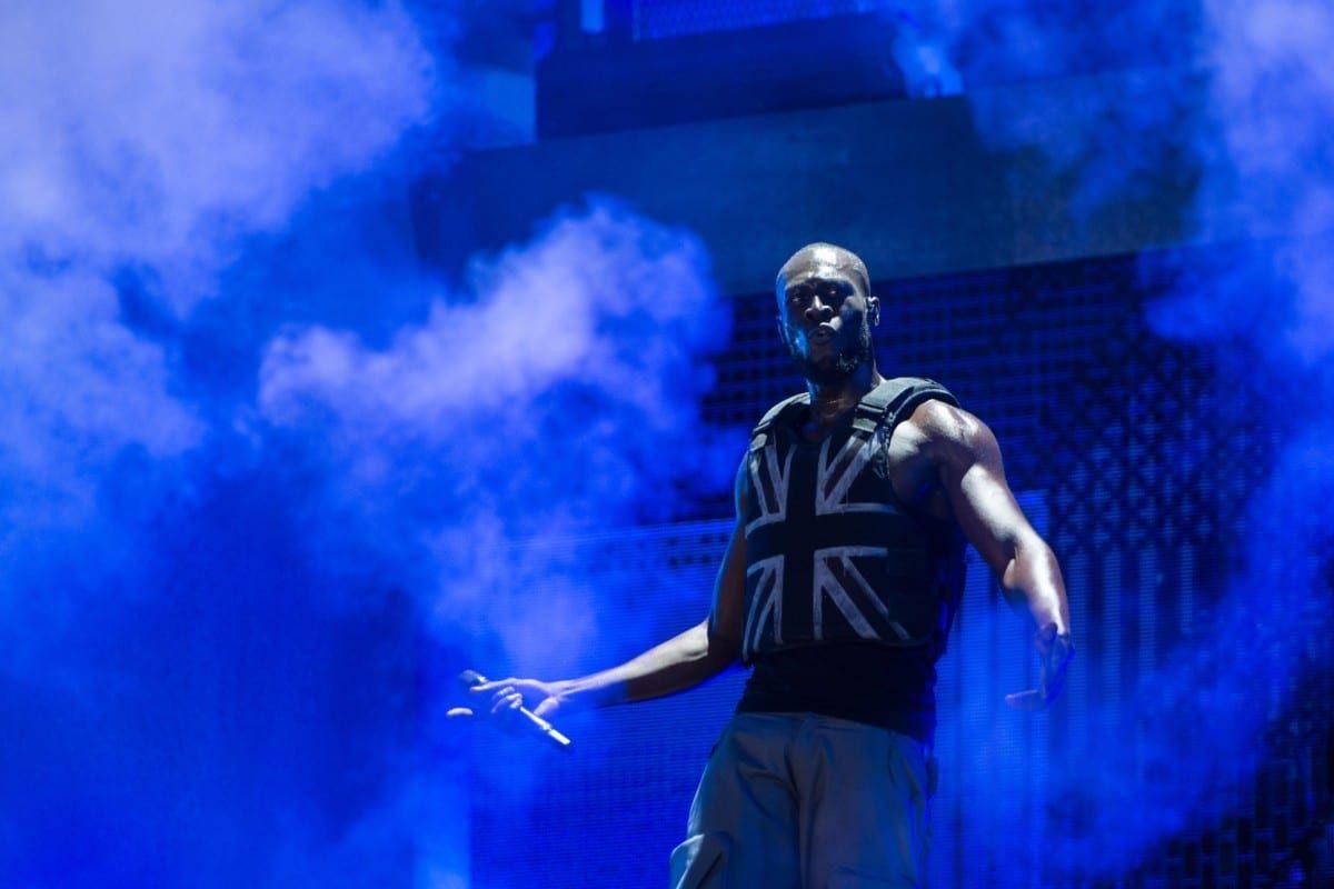 """Banksy diseñó un chaleco """"anti-puñaladas"""" para la actuación de Stormzy en Glastonbury"""