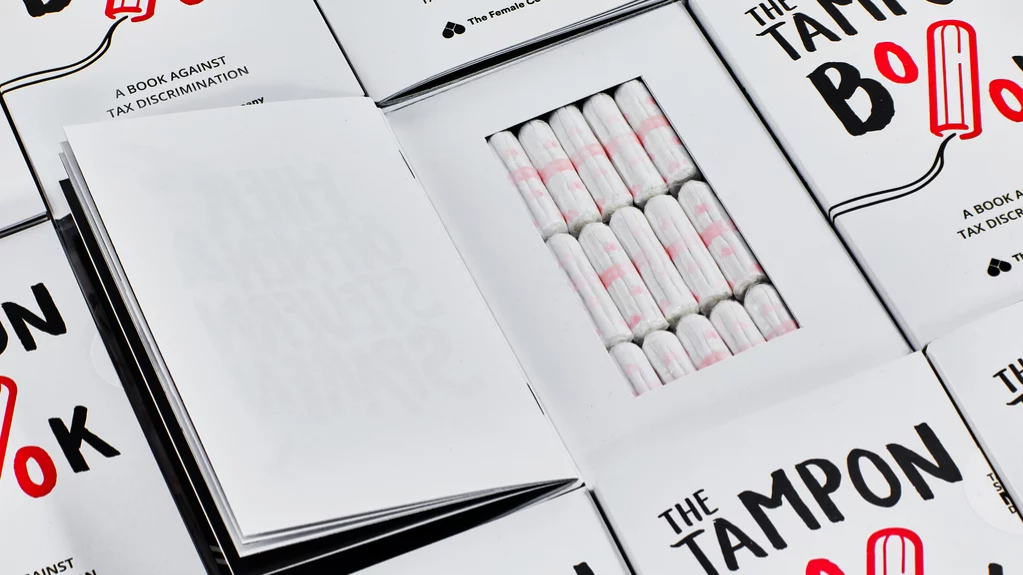 Crean en Alemania un libro con tampones para prevenir que las mujeres paguen 19% de IVA por la menstruación
