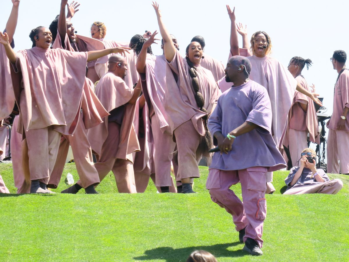 Kanye West llevó su Sunday Service a una iglesia por primera vez