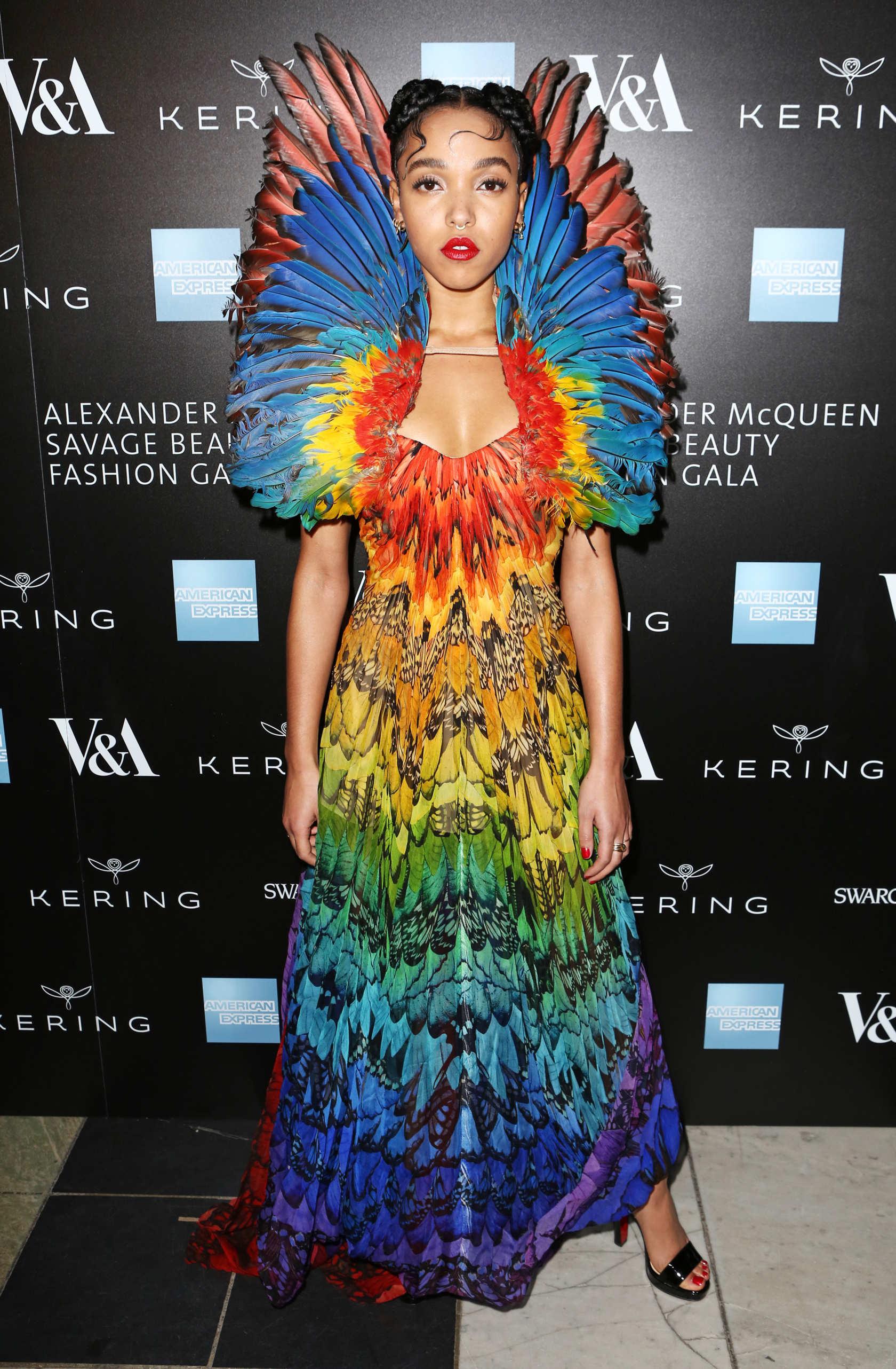 10 looks de FKA twigs que la convierten en la excéntrica reina del estilo alternativo