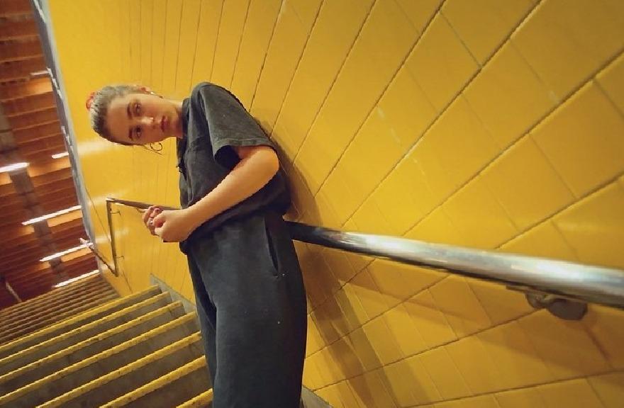 """Clairo estrena """"Up Next"""", un corto documental sobre sus inicios y su carrera musical"""