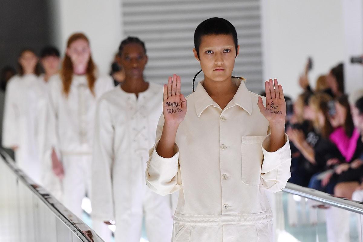 """Gucci responde a la modelo que protestó por las camisas de fuerza: """"Las piezas son una declaración diseñada para la pasarela y no serán vendidas"""""""