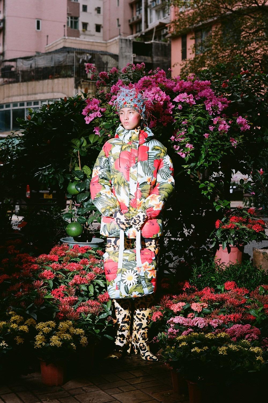 Richard Quinn x Moncler: una cápsula maximalista de puffers llena de flores retro