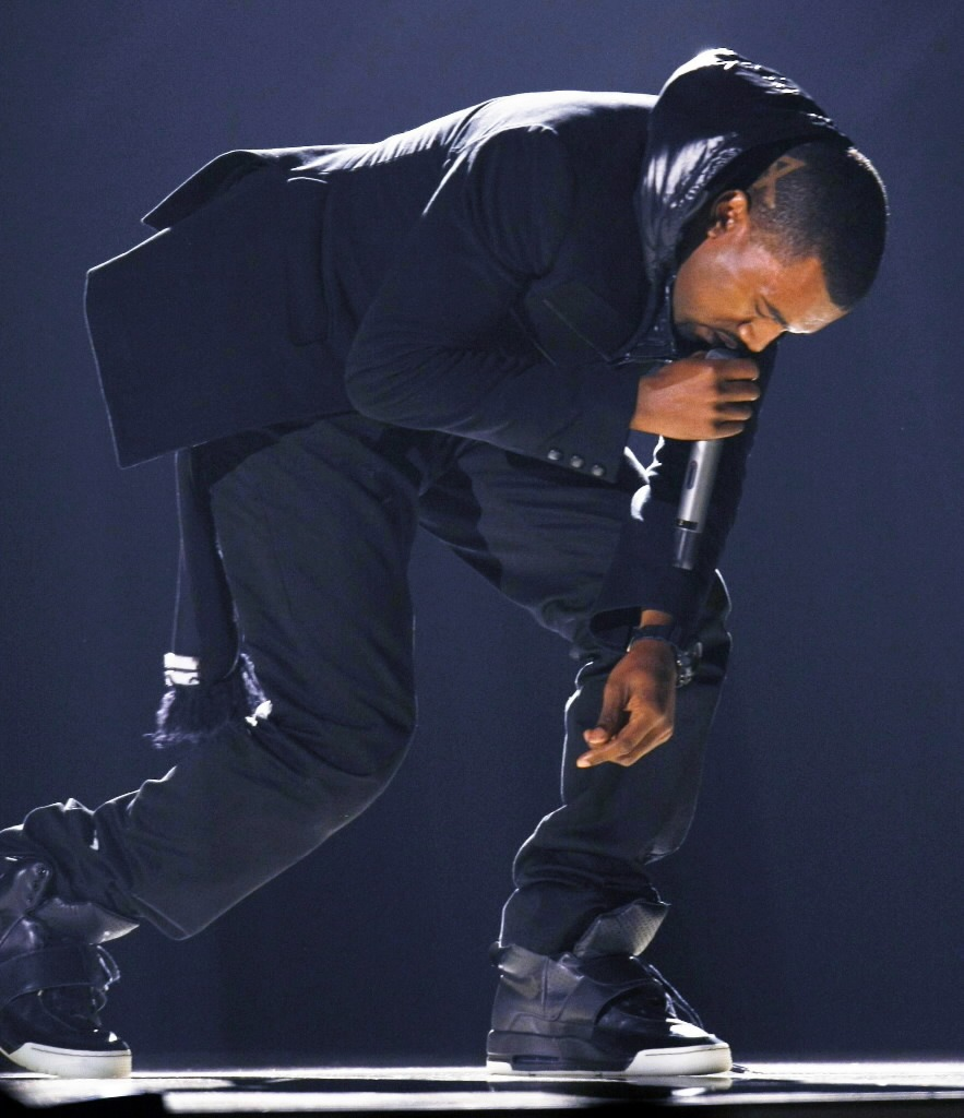 Kanye West en los Grammy 2008 con sus primeros Air Yeezy. Fotografía: Sole Collector
