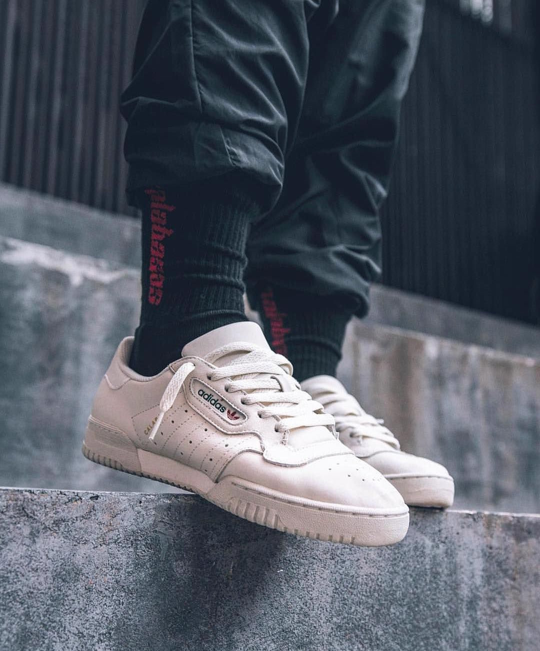 El Yeezy Calabasas Powerphase en color blanco. Fotografía: Sole Suplier