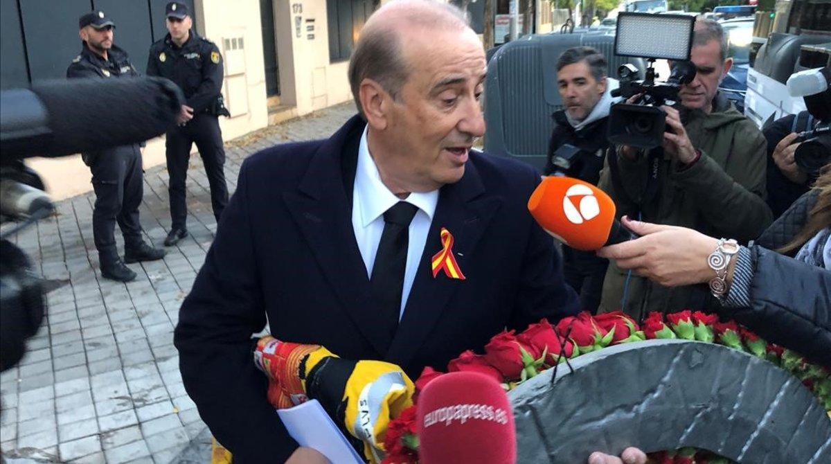 Francisco 'Francis' Franco, nieto del dictador, portó una bandera preconstitucional. Foto: El Periódico