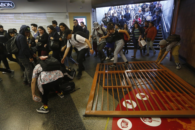 Chile está perdiendo el control ante las evasiones masivas: Gobierno estudia invocar la Ley de Seguridad del Estado