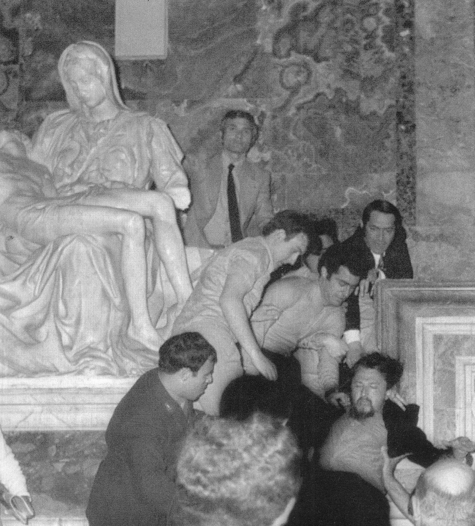 Momentos después de que Laszlo Toth atacara la escultura. Fotografía: Wikimedia Commons