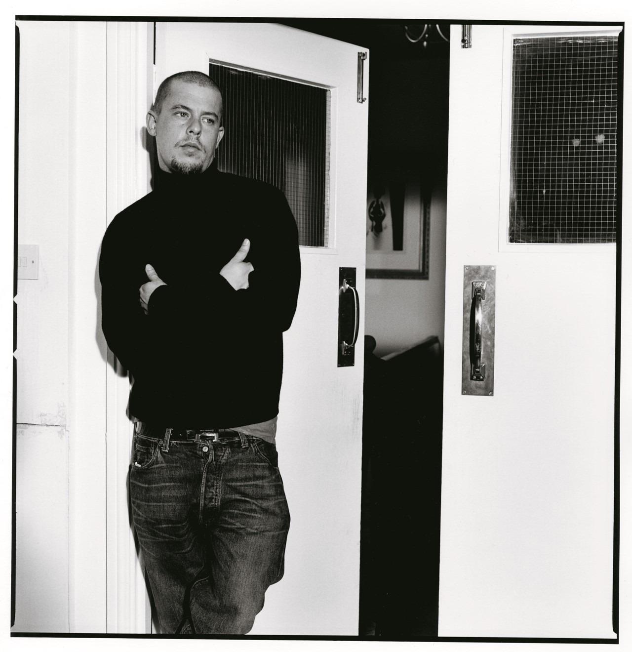 """""""Rendez-Vous"""": La exhibición que muestra la carrera de Alexander McQueen en 35.000 fotografías"""
