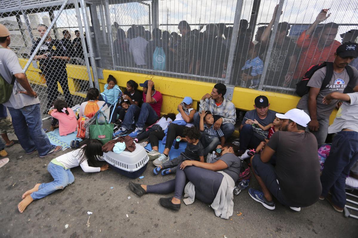 Migrantes tomaron un puente en México para exigir asilo político en los EEUU